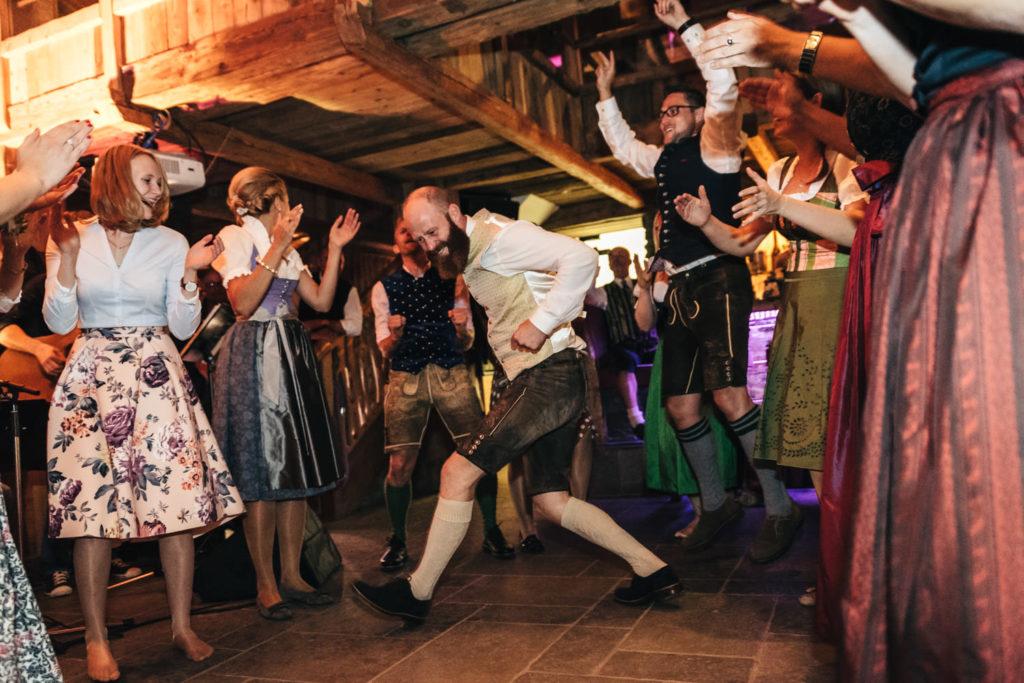 Trachtenhochzeit Tanzen und Feiern